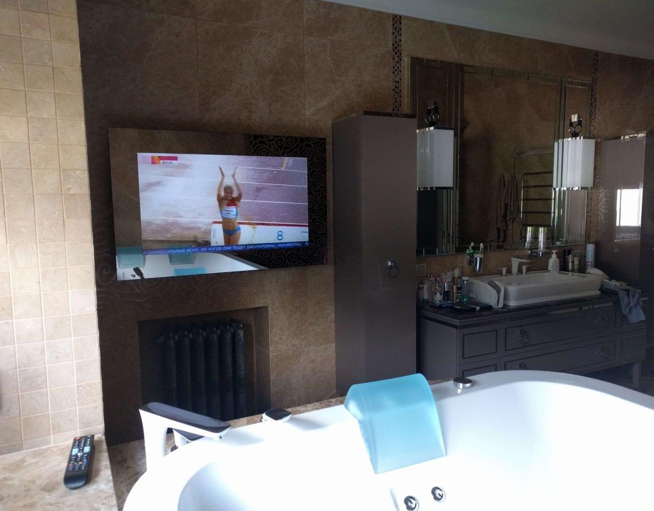 Дизайнерский телевизор burgglass в зеркале ванной