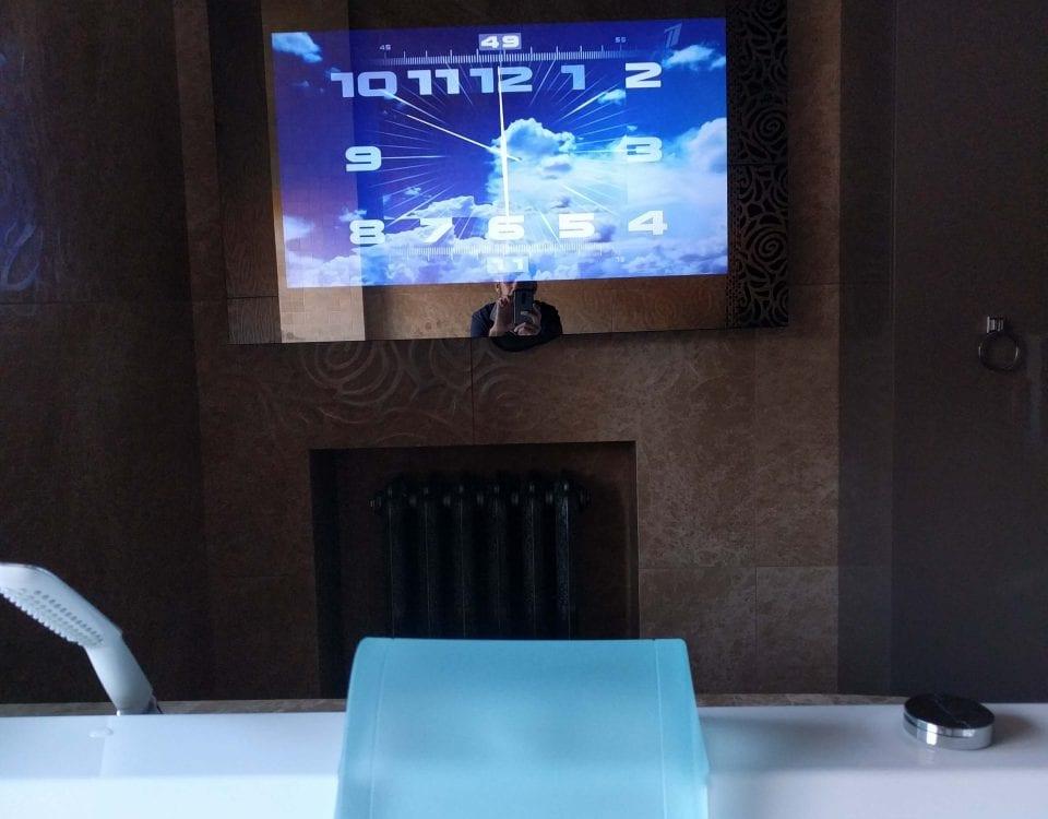 Дизайнерский зеркальный телевизор в ванной комнате