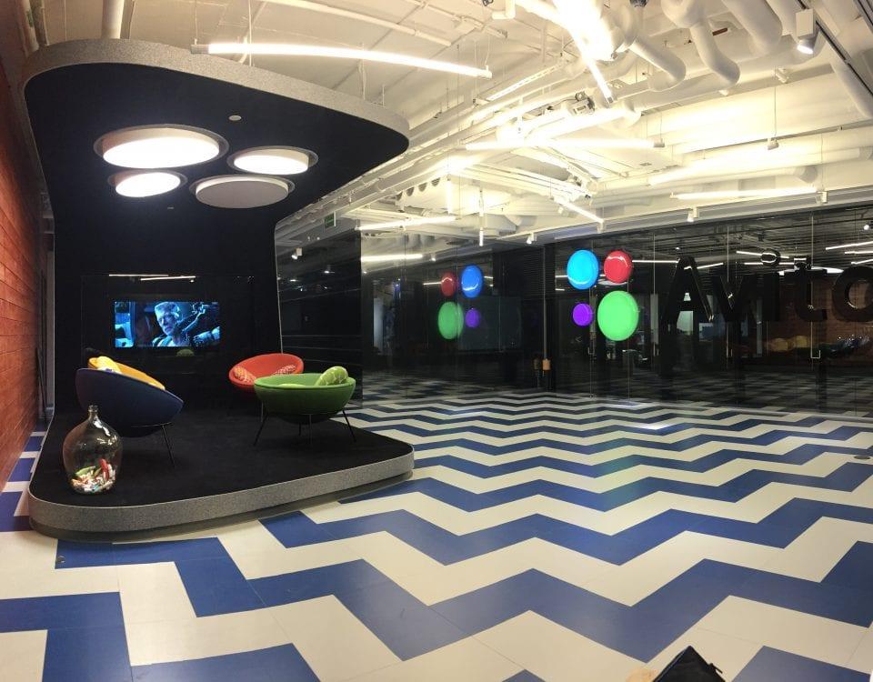 Дизайнерский телевизор в черном стекле в главном офисе компании AVITO