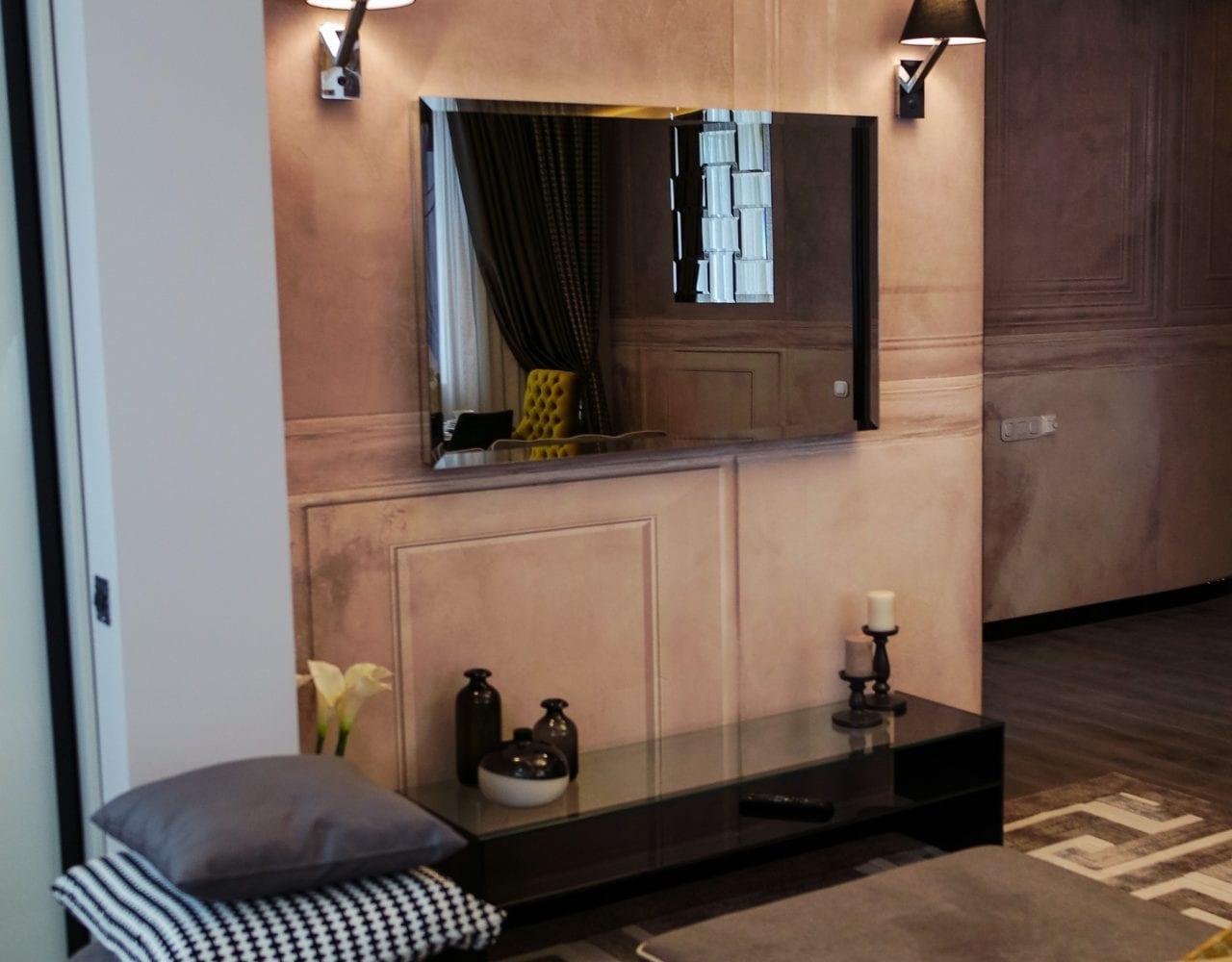 Дизайнерский зеркальный телевизор в гостиной