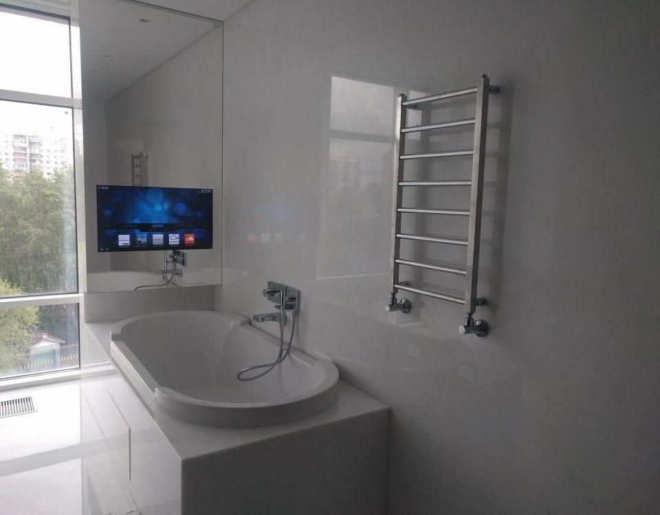 Влагостойкий зеркальный телевизор в ванной комнате