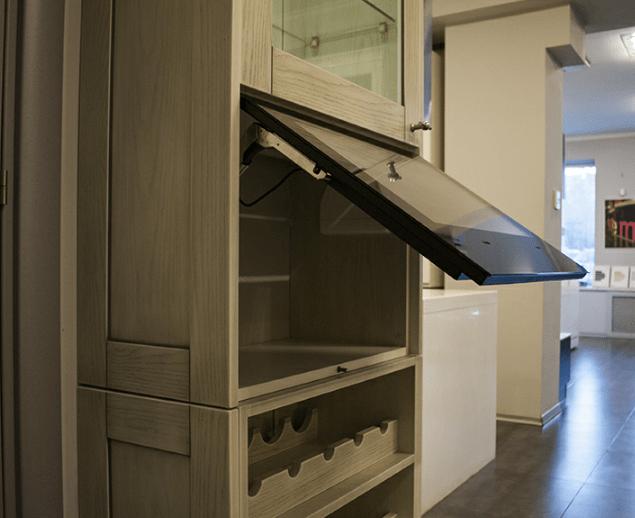 Специализированный телевизор встроенный в дверь кухонного шкафа, в черном стекле