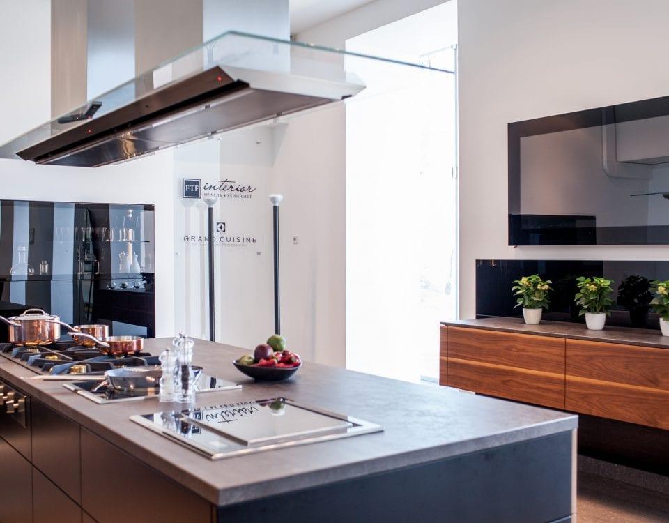 Дизайнерский телевизор на кухне в черном стекле