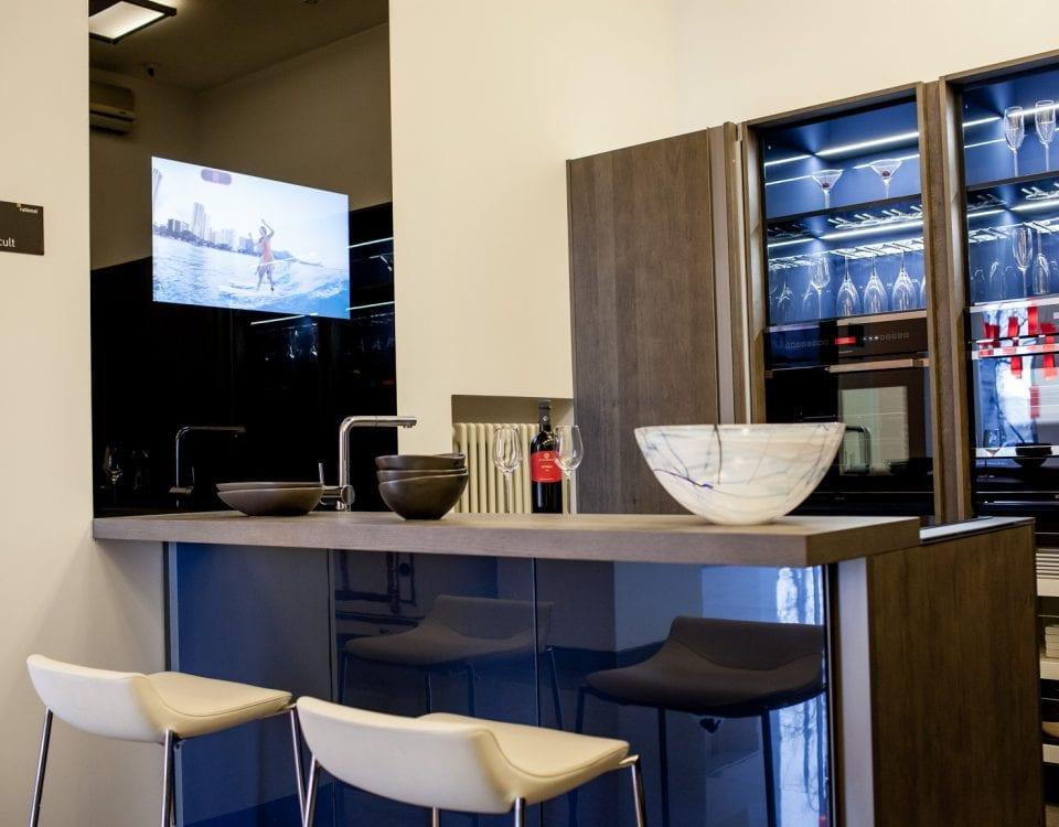 Дизайнерский телевизор встроенный в стену в черном стекле