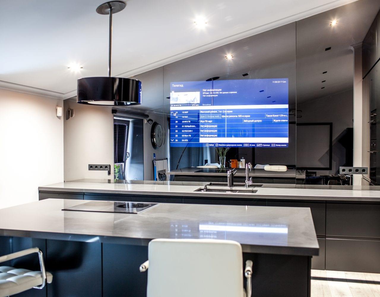 Зеркальный телевизор встроенный в фартук кухни