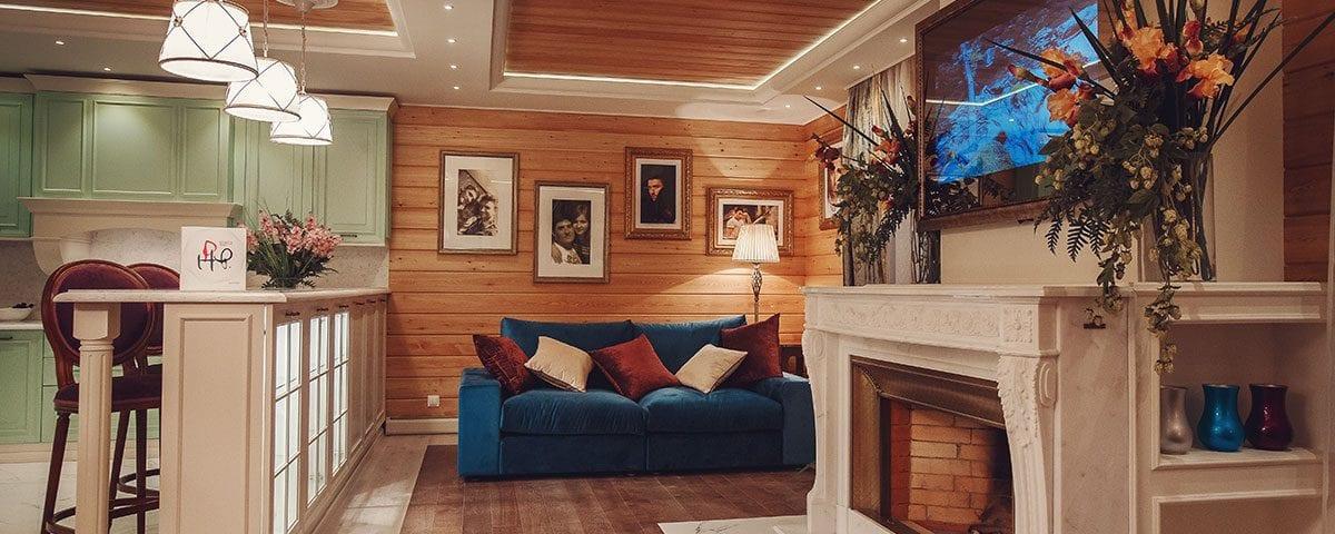 Зеркальный телевизор над камином в гостиной Сергея Лазарева