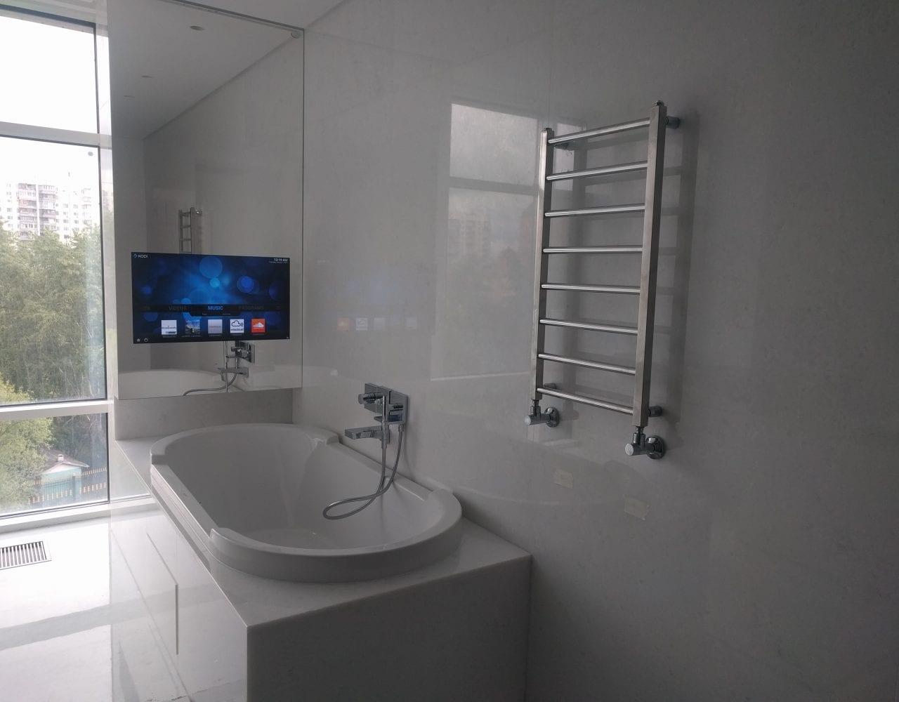 Влагостойкий зеркальный телевизор встроенный в стену в ванной комнате