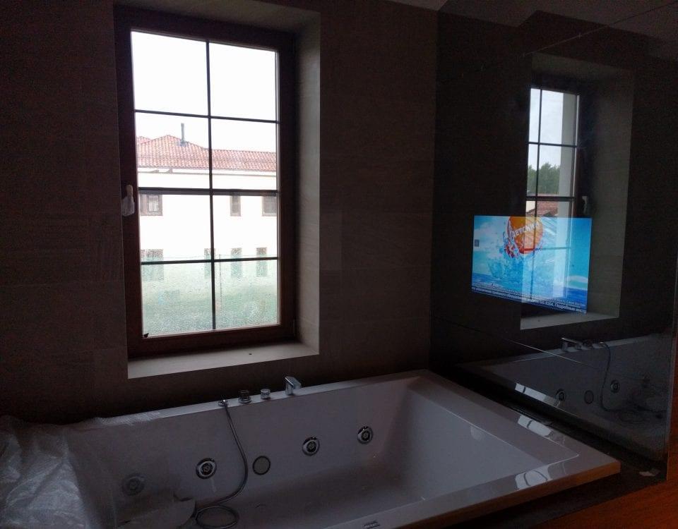 Влагостойкий зеркальный телевизор встроенный в стену над ванной