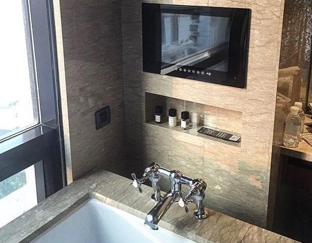 Телевизор в ванной- это очень удобно и функционально! Вы только представьте: лежать в ванной и смотреть любимый фильм при свечах