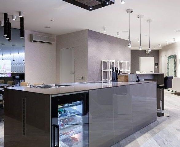Телевизор-зеркало IMAGE 40 дюймов идеально вписался в пространство кухни и стал украшением и изюминкой помещения