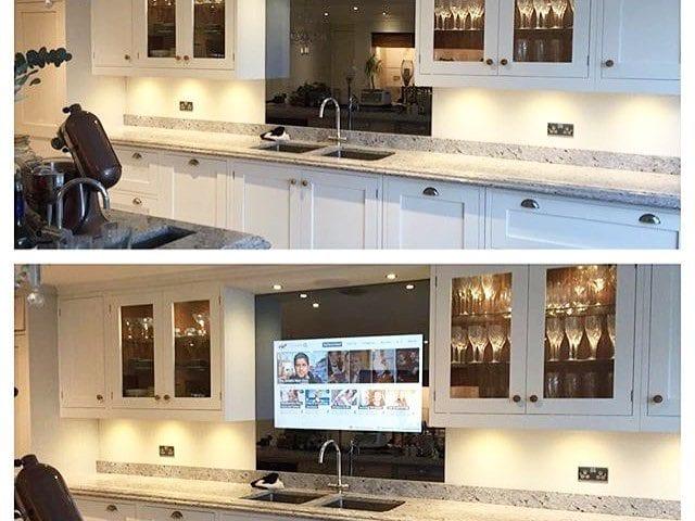 """На кухне телевизор 46 дюймов, да и еще чтобы в выключенном состоянии никто и не догадался что это телевизор?! 🙀 ЛЕГКО! 😏 На фото решение IMAGE с диагональю 48 в """"волшебном зеркале"""""""