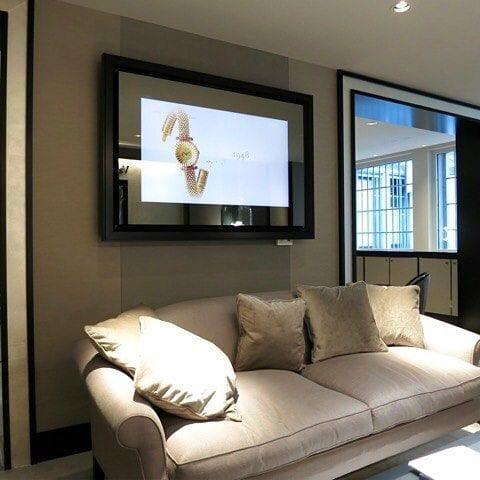 Если выключить этот ТВ, то на стене останется всего лишь зеркало в багете