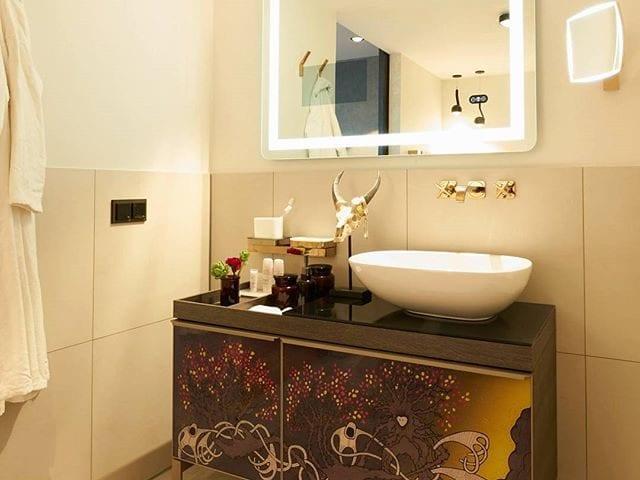 Кто хотел бы с утра собираться в такой ванной - лайк! 😉 А зеркало конечно же не простое! Прошли те времена когда зеркало было просто зеркалом