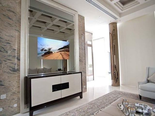 На фото: эксклюзивный телевизор BURG&GLASS 55