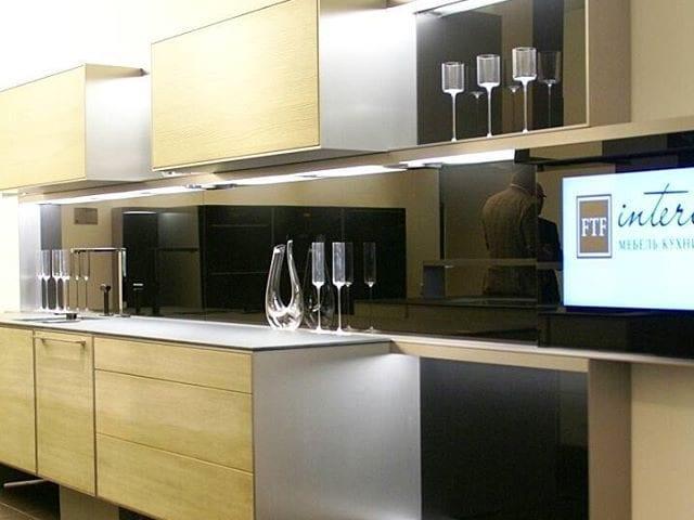 """Телевизор BURG&GLASS 32"""" встроенный в фартук шикарной кухни компании Poggenpohl"""