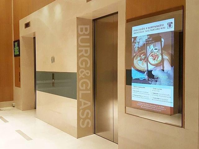 """Одна из наших свежих работ: Swissotel Красные Холмы Москва @swissotelkrasnyeholmymoscow В лифтовом холле гостей встречают панели Burg&Glass 48 дюймов в вертикальном исполнении, оформленные """"волшебным зеркалом"""""""