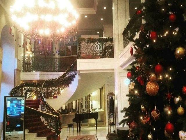 Repost from: @hotelbaltschug  Шикарное новогоднее лобби в отеле Балчуг с зеркальной, эксклюзивной стойкой которую мы делали в 2009 году