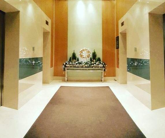 И еще одна новогодняя фотография из шикарного отеля в Москве @swissotelkrasnyeholmymoscow 😍 Лифтовой хол украшен двумя вертикальными панелями 48 дюймов B&G в волшебном зеркале