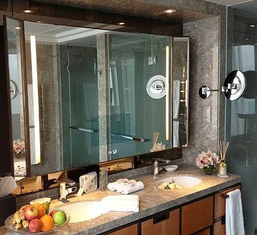 Зеркало в ванной уже давно перестало быть просто зеркалом! ☝️ На данной фотографии вы видите зеркало в котором есть: подсветка, подогрев (чтобы не запотевало), телевизор 18