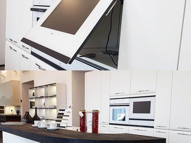 Вы не знаете где разместить телевизор на кухне?  На самом деле, очень много мест о которых многие и не задумываются!  Например телевизор B&G прямо в фартуке кухни