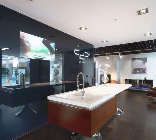 Как вам кухня от  Филипп Старк (Philippe Starck)? В шоуруме этой кухни в Москве установлено решение Burg&Glass 48 дюймов (Новинский пассаж)