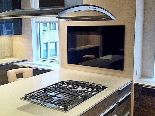 Телевизор Burg&Glass 40 на кухне в черном стекле