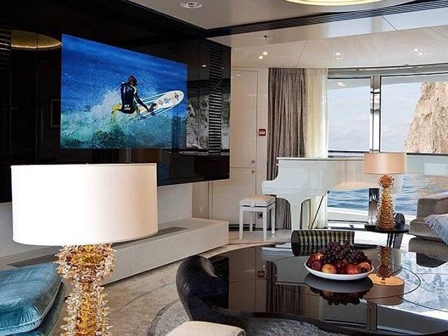 Телевизор в черном стекле на яхте