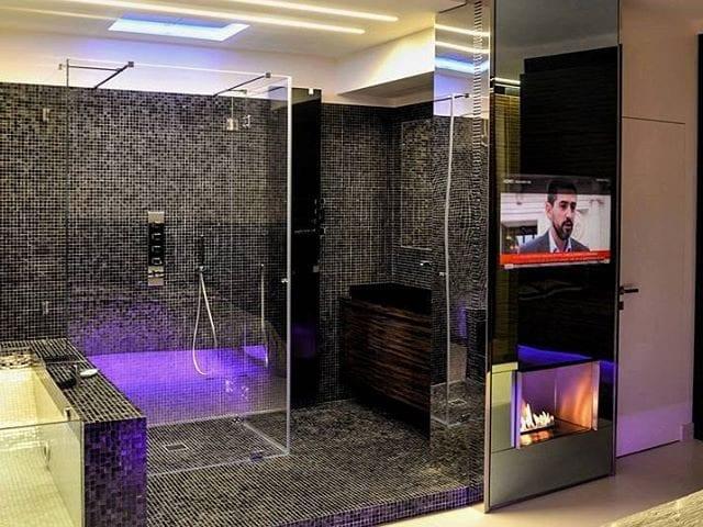 Влагозащищенный телевизор- зеркало Burg&Glass 28 дюйма в ванной комнате