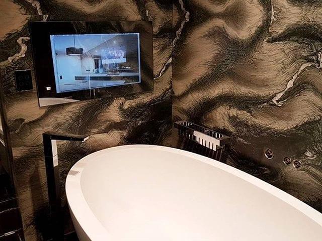 850€ за 1м2 - цена камня на стене в этой ванной комнате