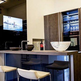 Телевизор на кухне рядом с раковиной и варочной панелью?! Burg&Glass 32 Full HD в черном стекле RAL 9005