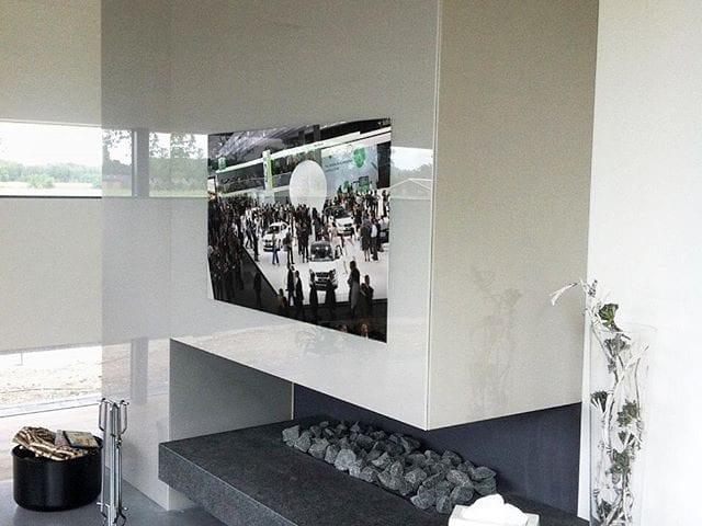 Белая стеклянная стена с тв 55 дюйма над камином