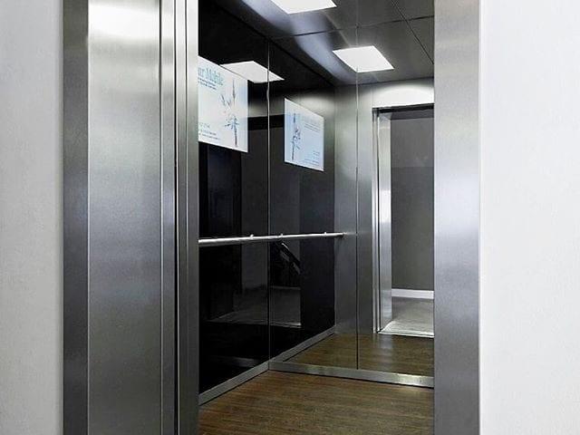 Монитор 28 дюйма в черном стекле в лифте