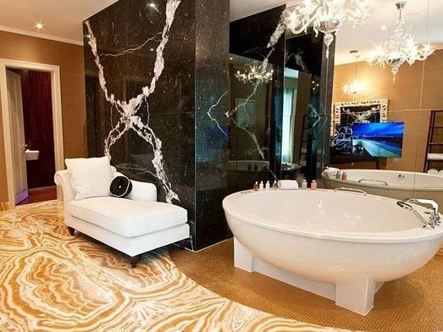 BURG&GLASS 22 FULL HD в зеркальной стене в ванной