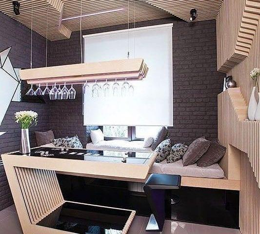 Зеркальная сова на стене - это телевизор Full HD размером 22 дюйма в выключенном состоянии
