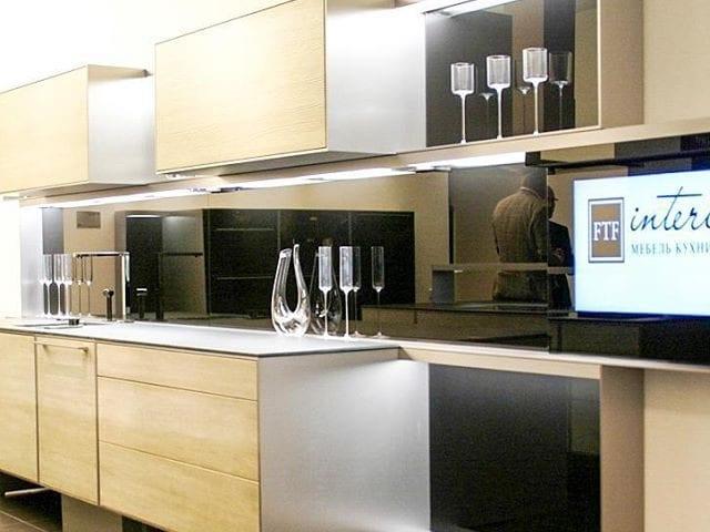 Кухня Porsche Design в Москве @ftfinteriormoscow с телевизором Burg&Glass 32 дюйма в черном стекле встроенный в фартук кухни