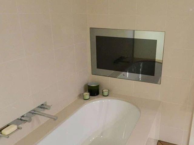 Лежишь такой вечером в ванной и смотришь любимый фильм на телевизоре 32 дюйма