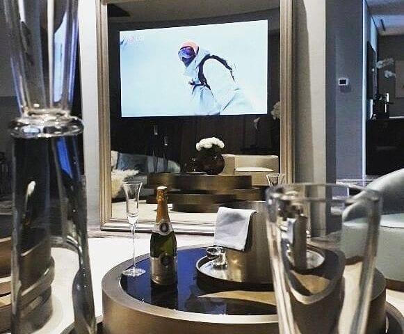 Апартаменты созданные брендом #Fendi с зеральным телевизором 65 дюймов