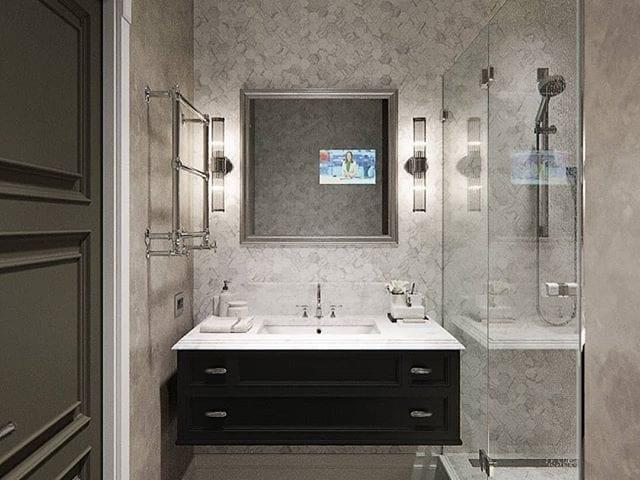 Шикарная ванная комната от дизайнера @igorglushan с телевизором в зеркале над раковиной