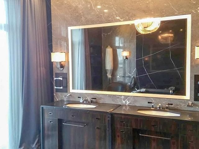 "Прекрасная ванная комната с решением #BurgGlass 55 дюйма в ""волшебном зеркале"" с LED подсветкой"
