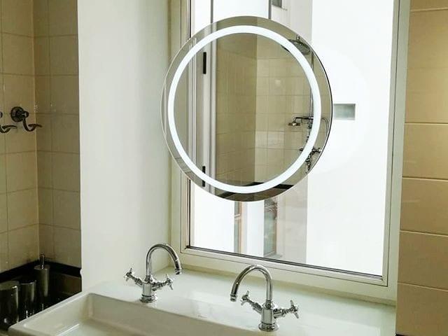 Найдите ТВ и радио на фото!? 😉 Верно! Зеркало Burg&Glass - это #зеркало с ТВ, радио, часами и Bluetooth