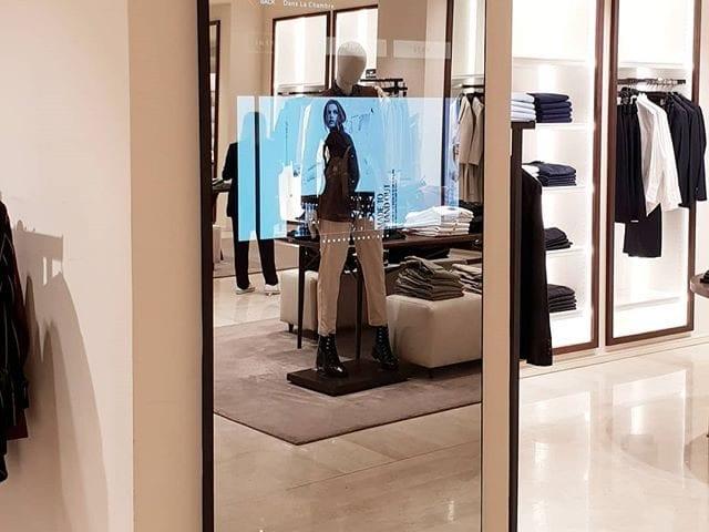 Новая концепция 2019 года в бренде Massimo Dutti предусматривает зеркальные экраны в нескольких точках бутика