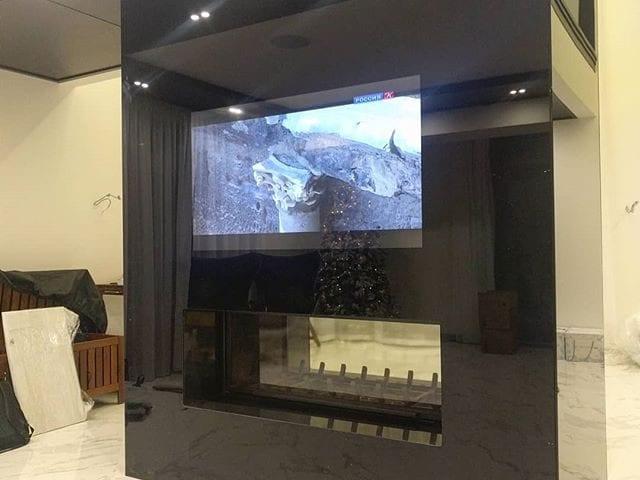 телевизор над дровяным камином