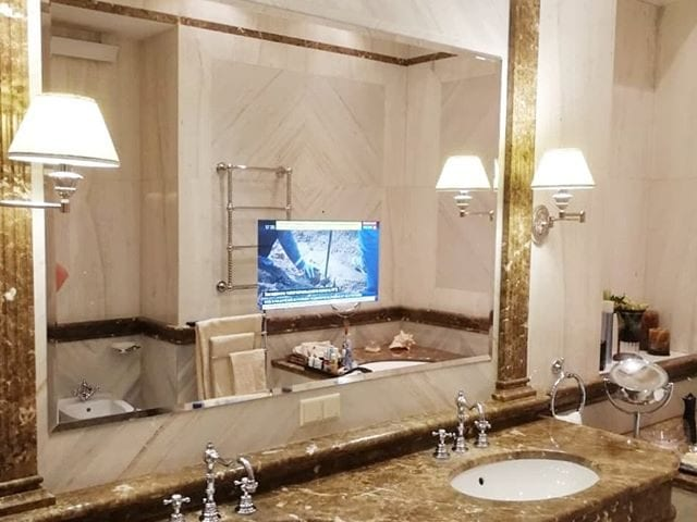 телевизор за зеркальным стеклом
