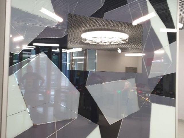 стена с телевизором с зеркалами