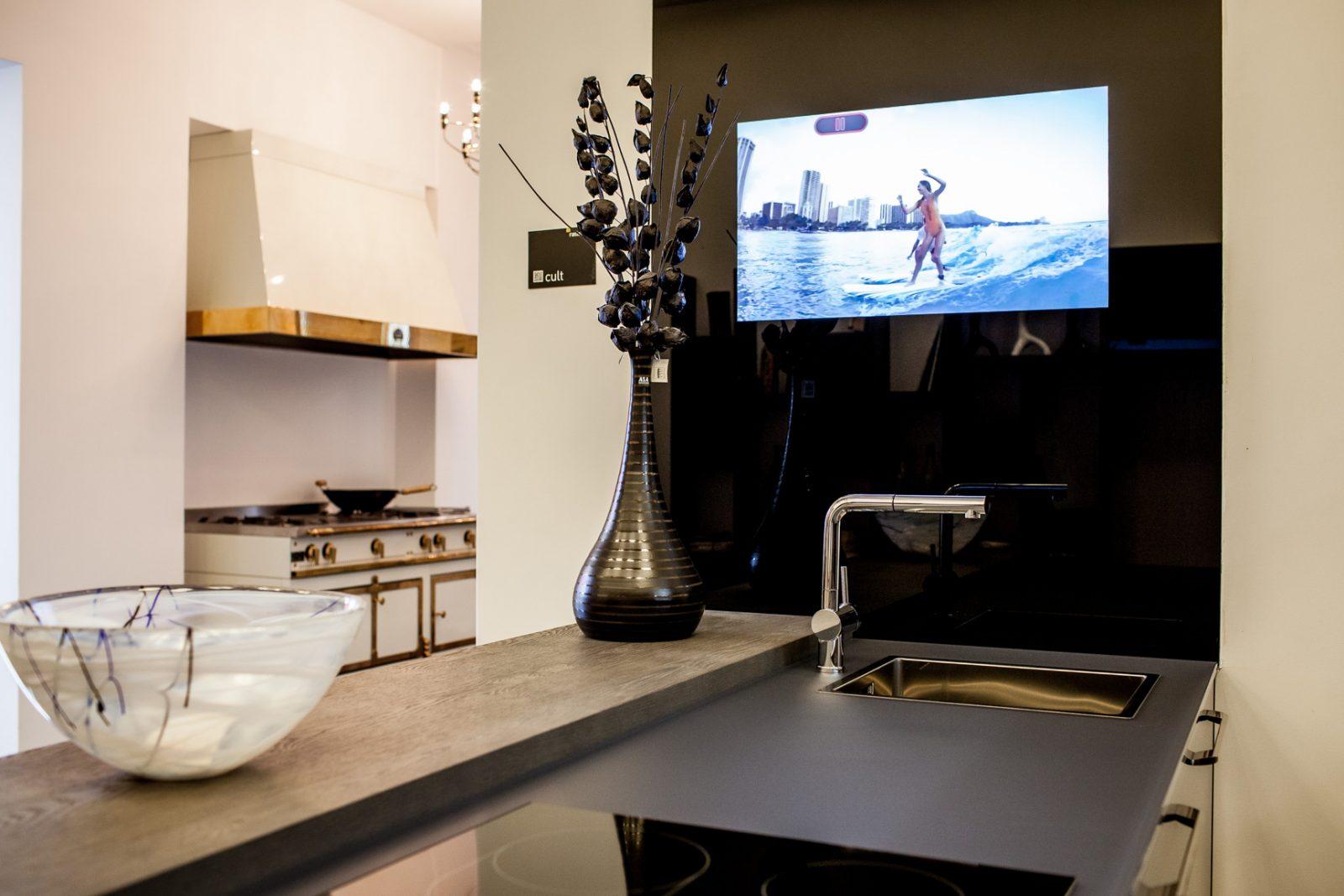 Телевизор Sharp с 3D технологией пассивного изображения и разрешением 8K