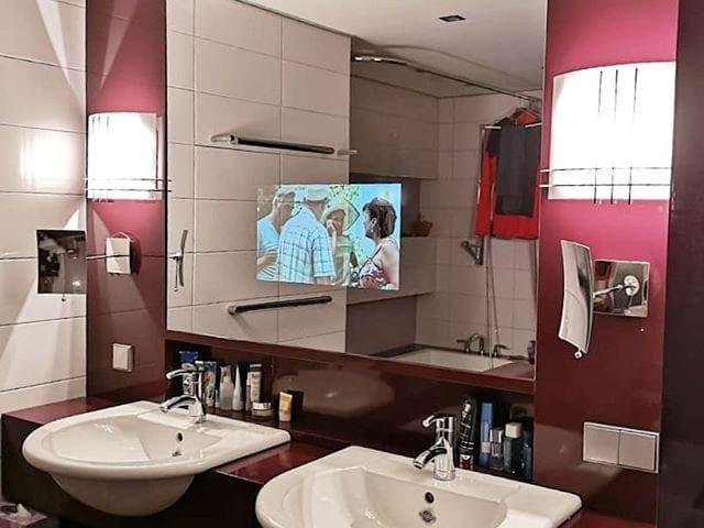 Зеркальный телевизор для ванной комнаты