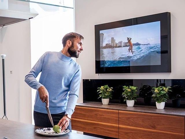Дизайнерский телевизор Burg&Glass на кухне - это украшение и функциональность