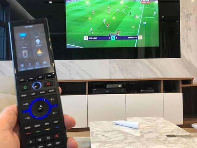 Дизайнерский телевизор BurgGlass 65 дюйма в чёрном стекле  Телевизор подключён к системе #УмныйДом  ТВ можно управлять как с общего RTI пульта, так и с iPhone  Монтаж заподлицо