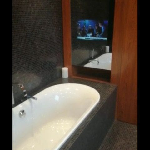 Зеркальный телевизор Burg&Glass в ванной комнате  Современный интерьер - это интерьер где есть все современные гаджеты и технологии, но при этом их не видно