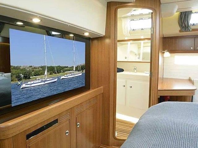 Зеркальные, встраиваемые телевизоры очень популярны на яхтах  И это не спроста